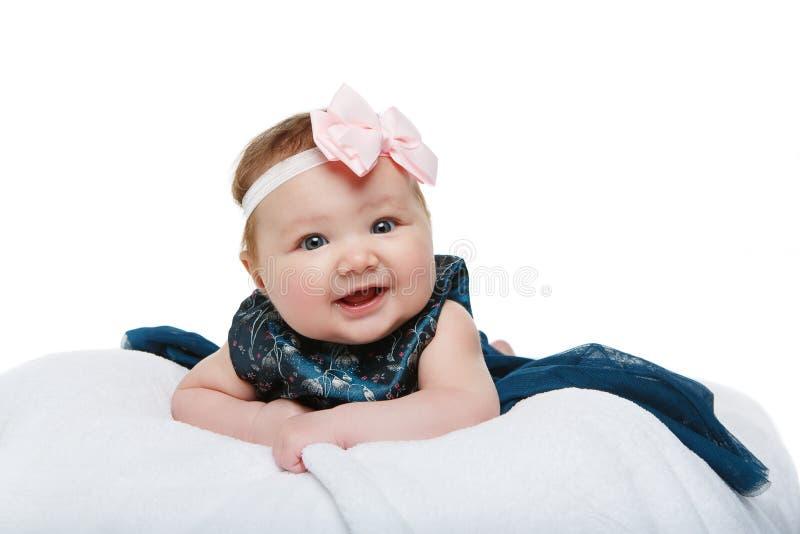 Gelukkig mooi babymeisje met booghoofdband stock fotografie