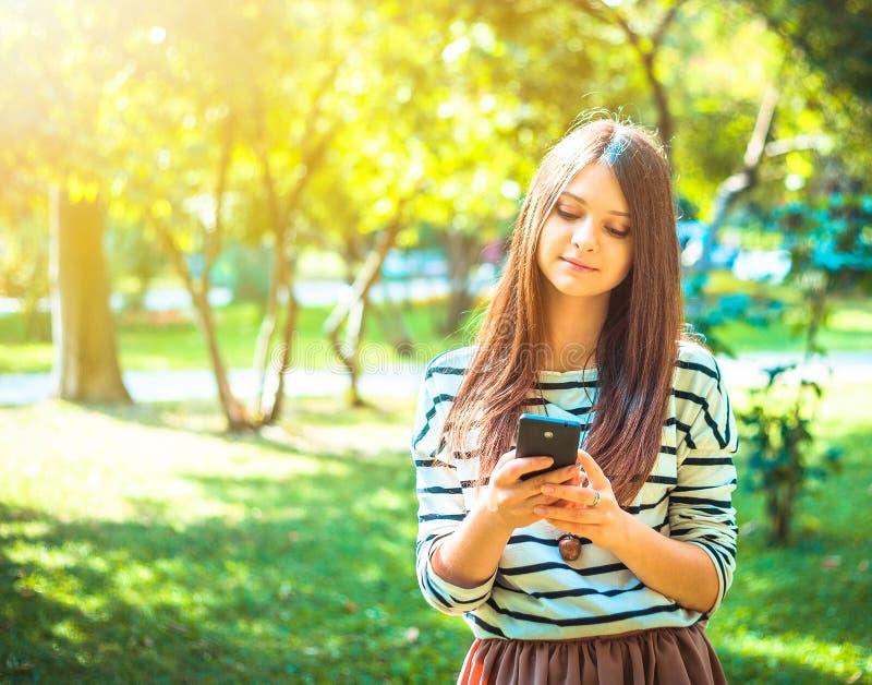 Gelukkig mooi jong Kaukasisch meisje met slim royalty-vrije stock foto