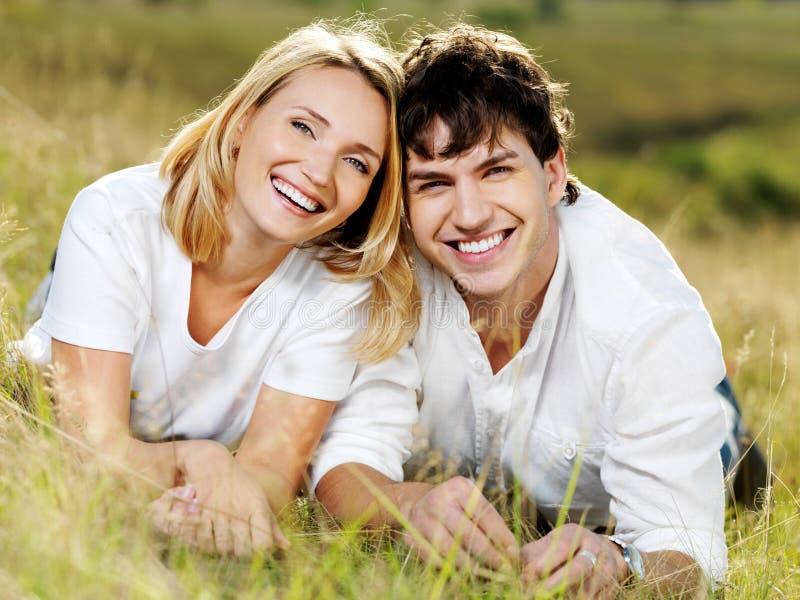 Gelukkig mooi lachend paar op aard royalty-vrije stock foto