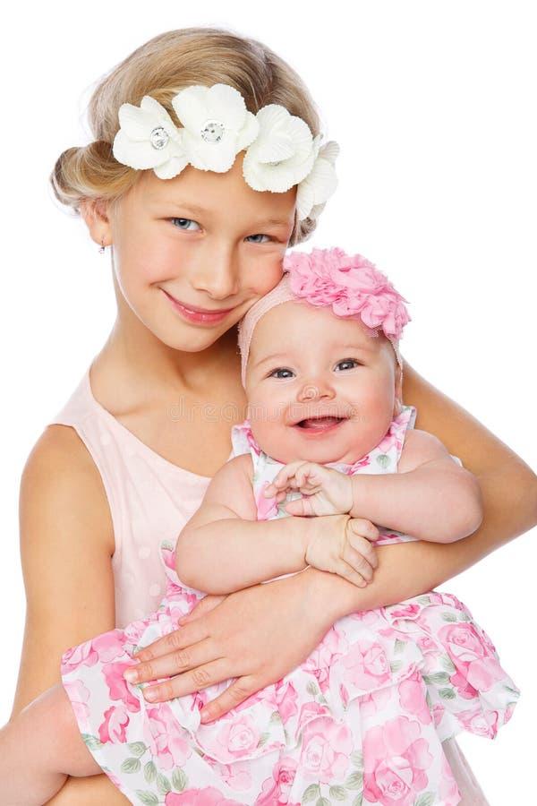 Gelukkig mooi meisje met de zuster van de babybaby royalty-vrije stock afbeeldingen
