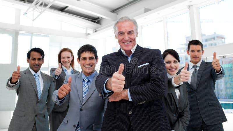 Gelukkig multi-etnisch commercieel team met omhoog duimen royalty-vrije stock foto's