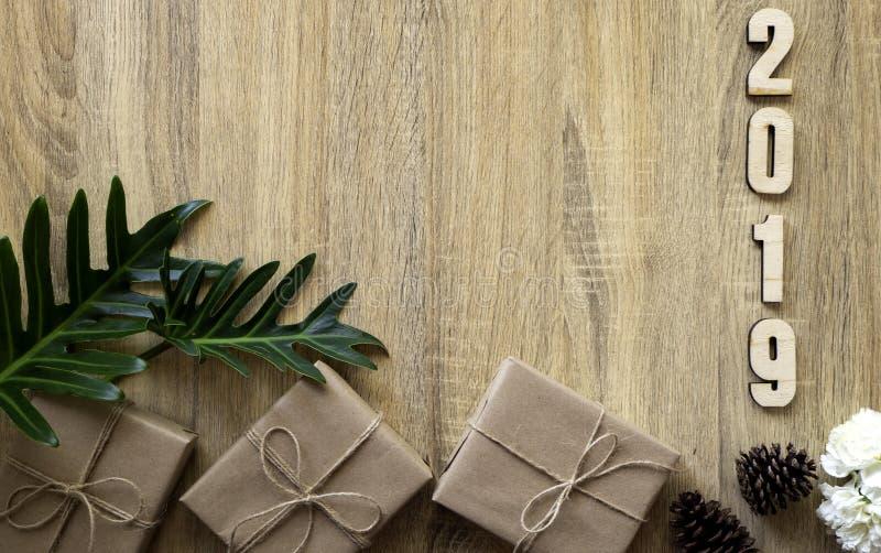 Gelukkig nieuw jaar 2019 decoratief met giftdoos op houten royalty-vrije stock fotografie