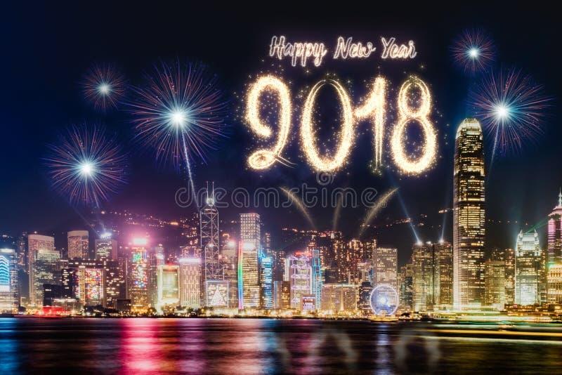 Gelukkig nieuw jaar 2018 vuurwerk over cityscape de bouw dichtbij overzees bij stock afbeelding