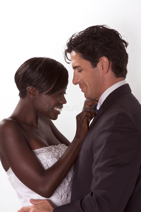 Gelukkig nieuw wed interracial paar in huwelijksstemming stock foto's