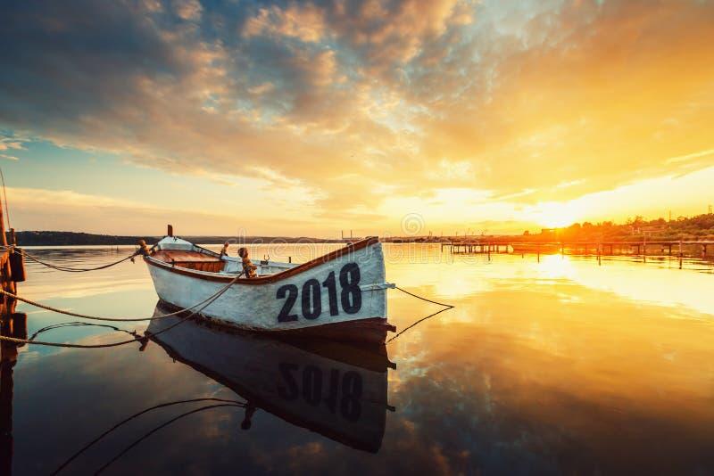 Gelukkig Nieuwjaar 2018 concept, die op de Boot met een reflec van letters voorzien stock foto's