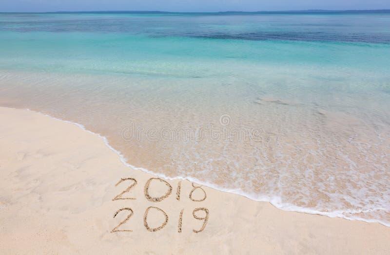 Gelukkig Nieuwjaar 2019 creatief op het strand royalty-vrije stock foto