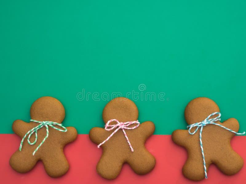 Gelukkig Nieuwjaar en Vrolijke Kerstmispeperkoek op rode groene achtergrond Het baksel van Kerstmis Het maken van de koekjes van  royalty-vrije stock foto's