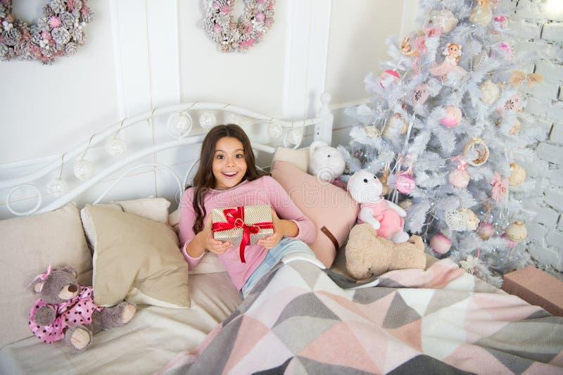Gelukkig Nieuwjaar Kerstmis die, idee voor uw ontwerp winkelt Het trekken van de Kerstboom De winter De ochtend vóór Kerstmis sla royalty-vrije stock foto's