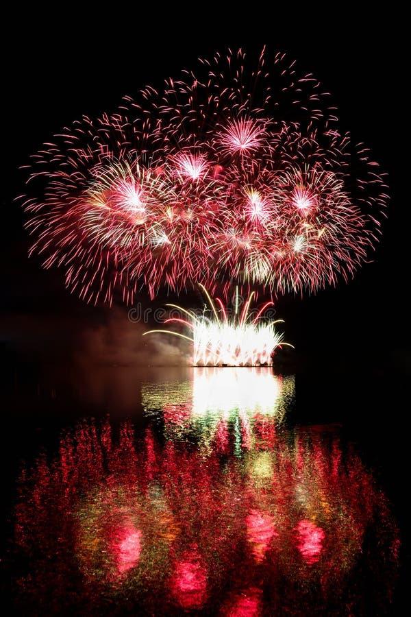Gelukkig Nieuwjaar 2018 Vuurwerk Mooi kleurrijk vuurwerk op de waterspiegel met een schone zwarte achtergrond royalty-vrije stock foto's