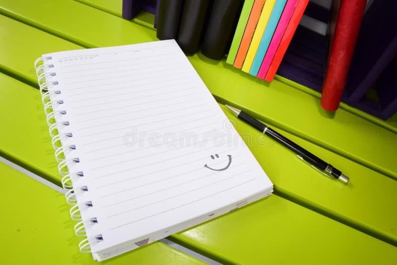 Gelukkig notitieboekje stock foto