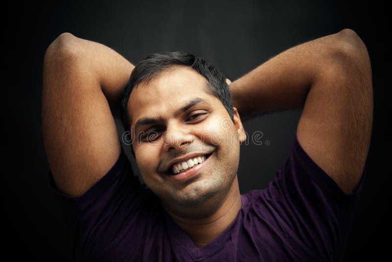 Gelukkig ogenblik van de knappe Indische mens stock foto's