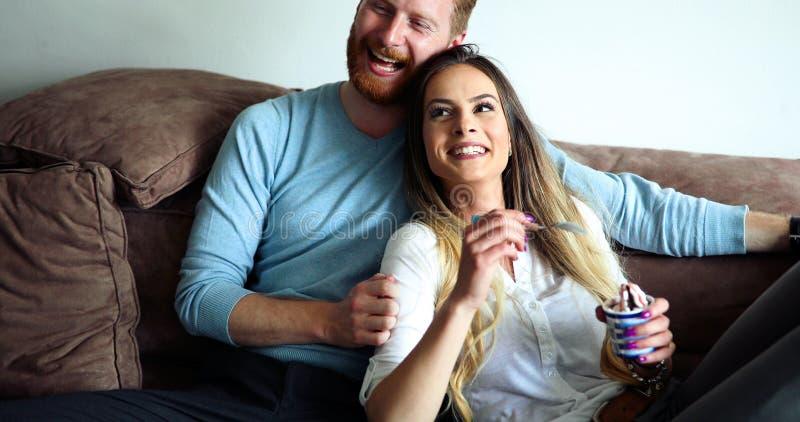 Gelukkig op bank liggen samen en paar die thuis ontspannen royalty-vrije stock foto