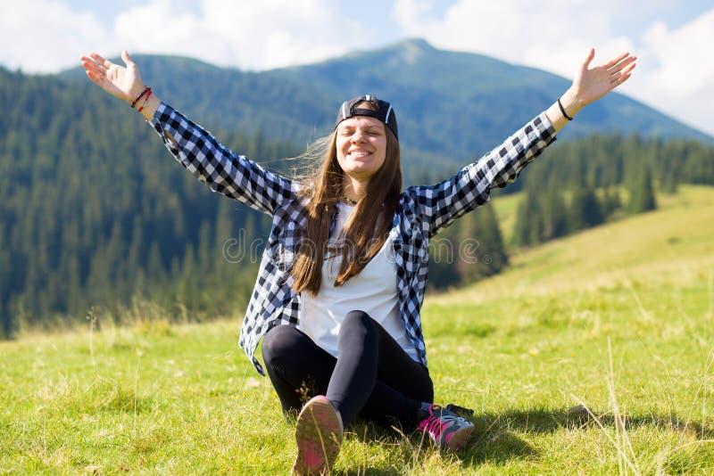 Gelukkig opgewekt meisje met handen die omhoog verbazende mening bekijken stock foto