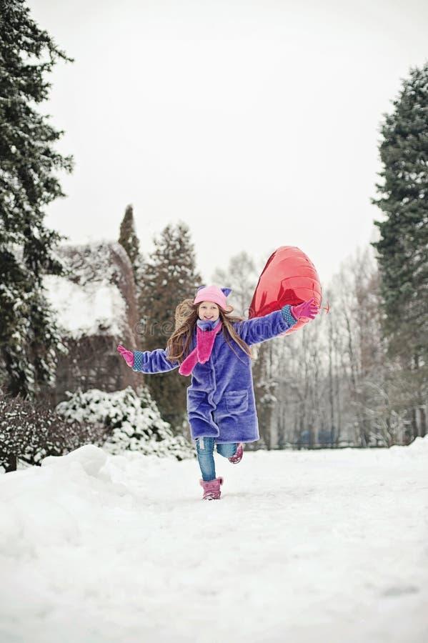 Gelukkig opgewekt meisje met Valentine-hartballons openlucht De dagconcept van de valentijnskaart ` s De ruimte van het exemplaar stock foto