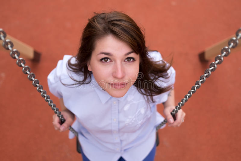 Gelukkig opgewekt tienermeisje op een kettingsschommeling, de zomerpark openlucht royalty-vrije stock fotografie