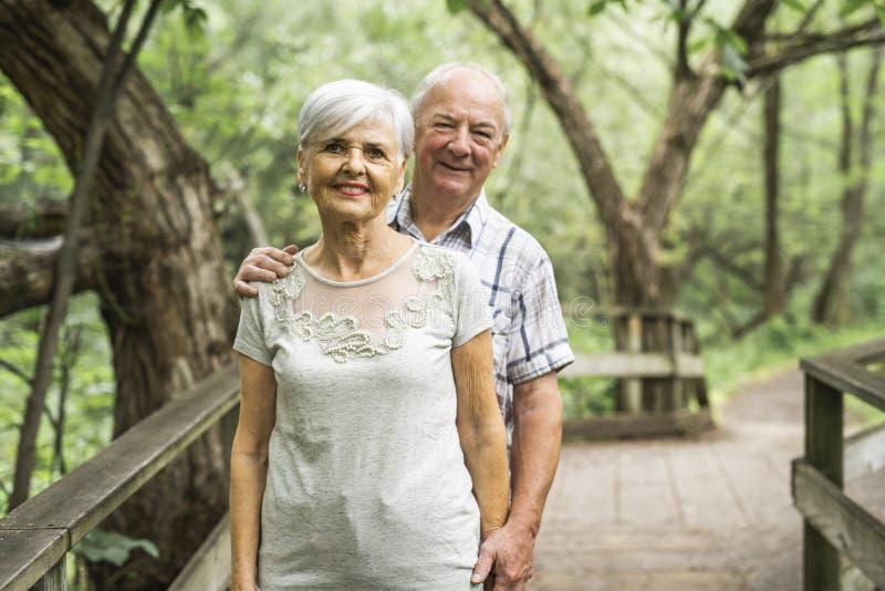 Gelukkig oud bejaard Kaukasisch paar in een park royalty-vrije stock fotografie