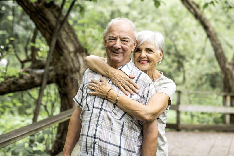 Gelukkig oud bejaard Kaukasisch paar in een park stock foto