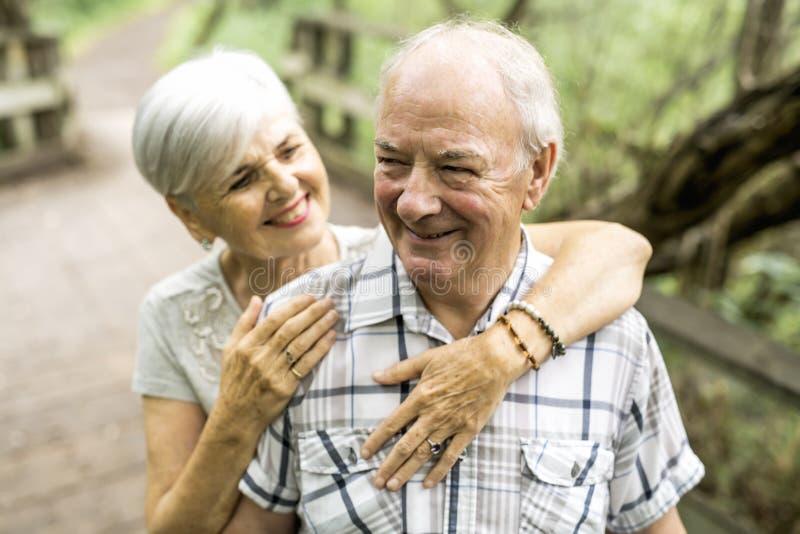 Gelukkig oud bejaard Kaukasisch paar in een park stock fotografie