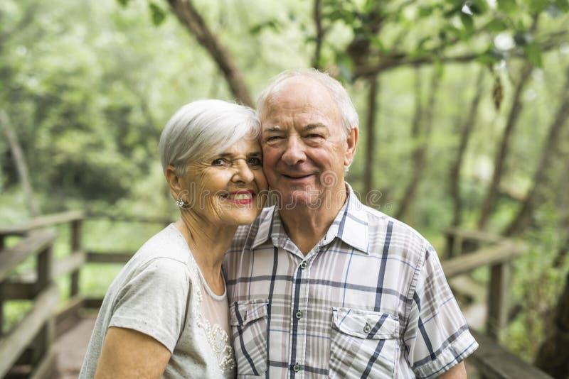 Gelukkig oud bejaard Kaukasisch paar in een park royalty-vrije stock foto