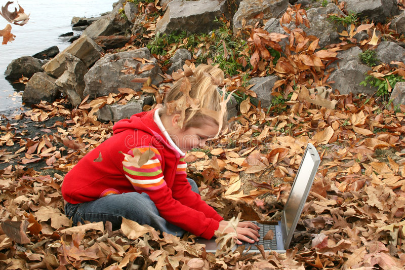 Gelukkig Oud Meisje dat Van vijf jaar buiten aan Laptop werkt royalty-vrije stock fotografie