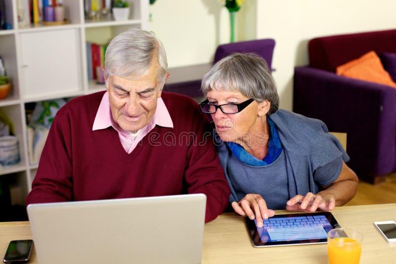 Gelukkig ouder paar die e-mail schrijven aan kleinzoon stock fotografie
