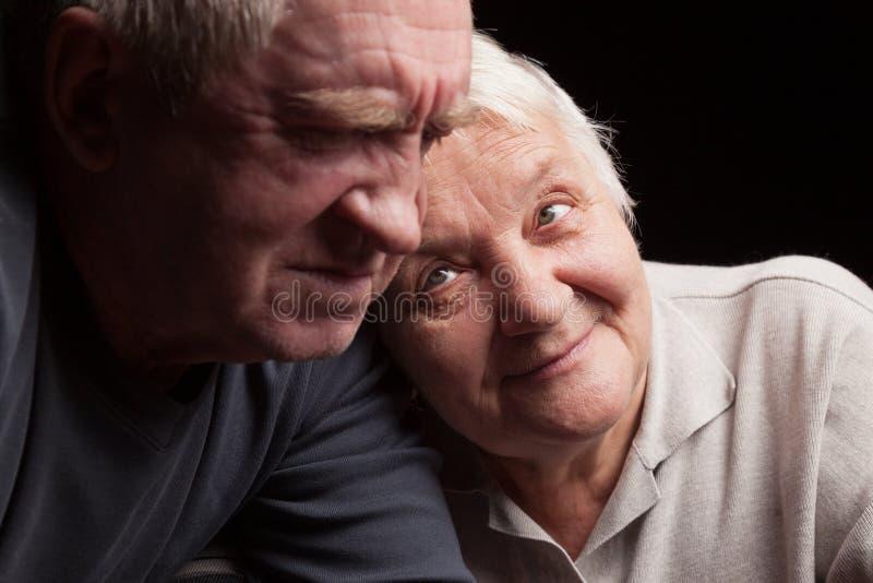 Gelukkig ouder paar op een zwarte achtergrond royalty-vrije stock foto's