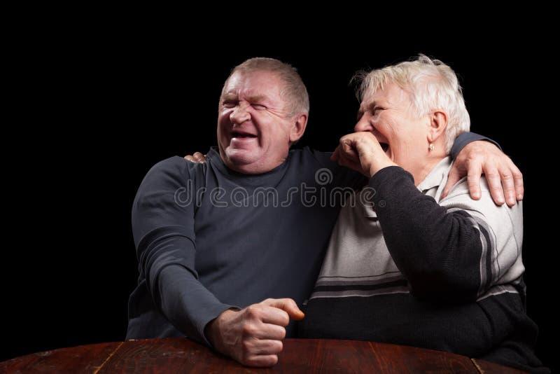 Gelukkig ouder paar op een zwarte achtergrond stock foto's