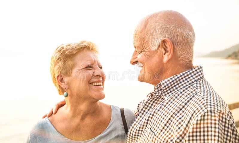 Gelukkig oudste teruggetrokken paar die pret hebben in openlucht bij reisvakantie royalty-vrije stock fotografie