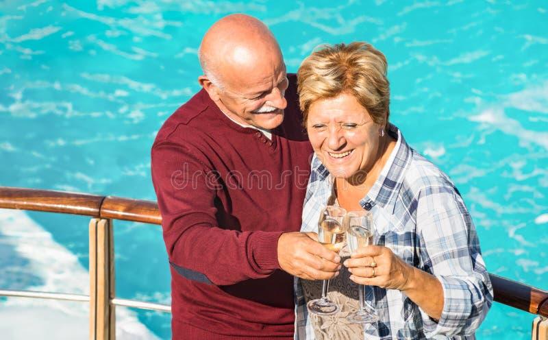 Gelukkig oudste teruggetrokken paar die pret hebben in openlucht bij reisvakantie stock afbeelding