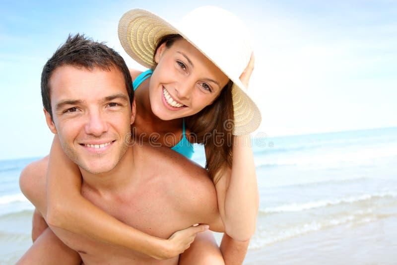 Gelukkig paar bij het strand royalty-vrije stock afbeelding