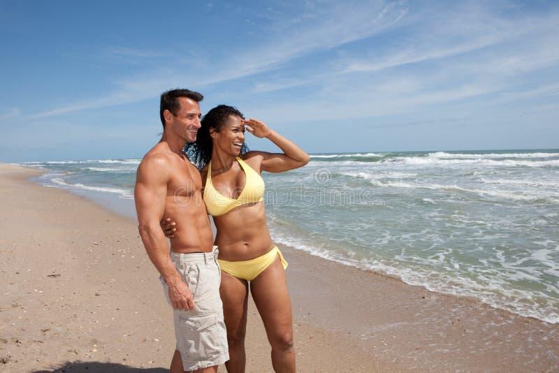 Gelukkig paar bij het strand stock fotografie