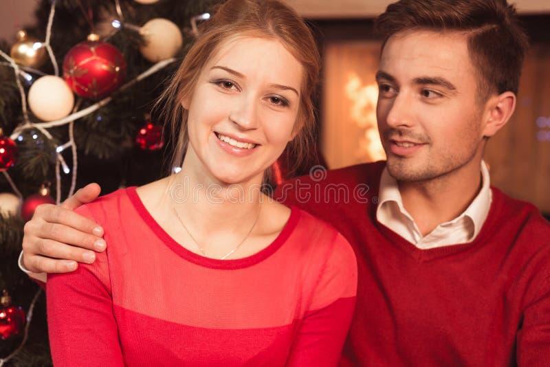 Gelukkig paar bij Kerstmis royalty-vrije stock fotografie
