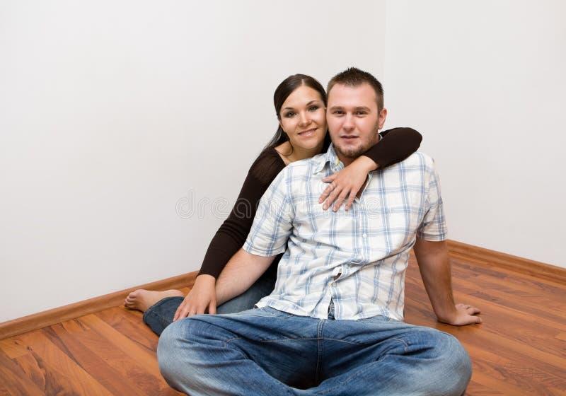Gelukkig paar bij nieuw huis royalty-vrije stock afbeelding