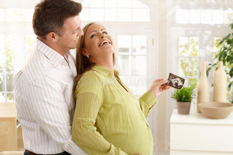 Gelukkig paar dat baby verwacht royalty-vrije stock foto
