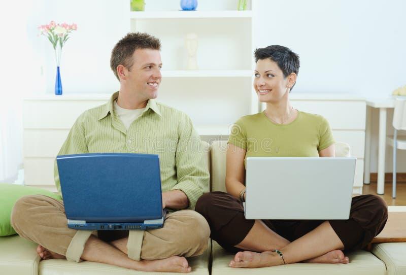 Gelukkig paar dat computer met behulp van stock afbeelding