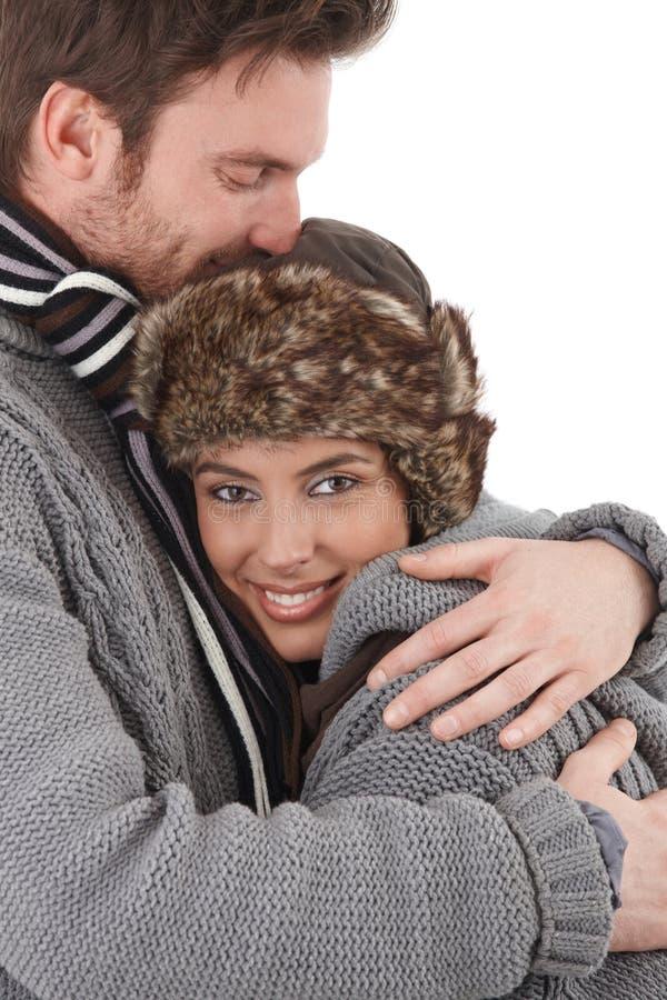 Gelukkig paar dat elkaar met liefde knuffelt royalty-vrije stock foto