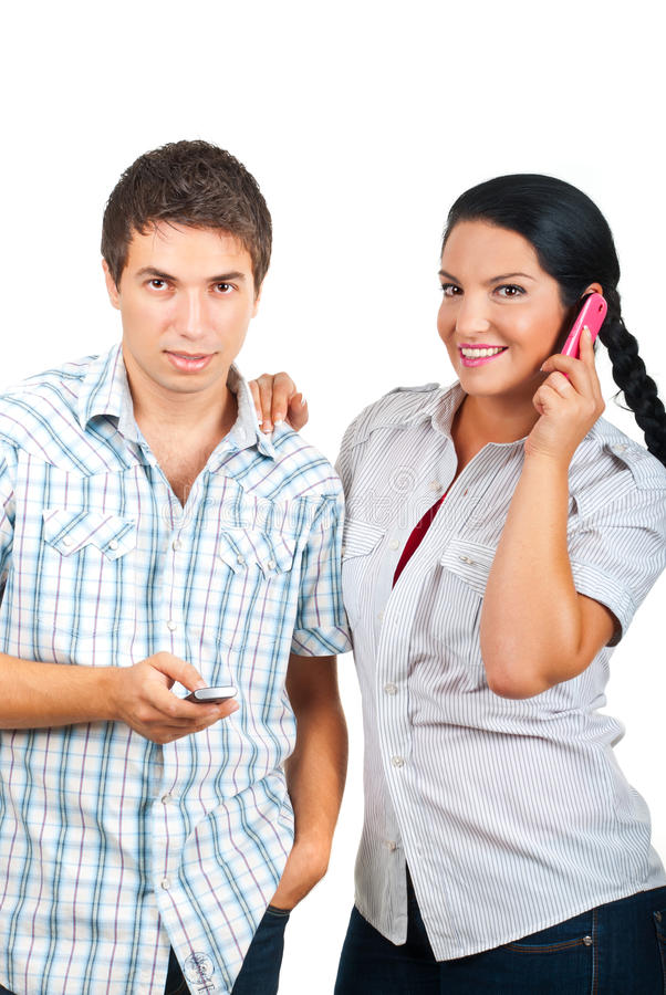 Gelukkig paar dat mobiele telefoons met behulp van royalty-vrije stock foto