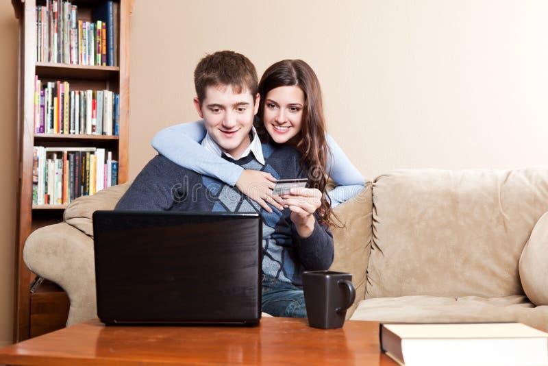 Gelukkig paar dat online winkelt stock afbeeldingen