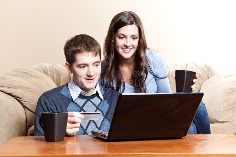 Gelukkig paar dat online winkelt stock fotografie