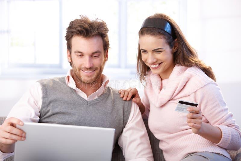 Gelukkig paar dat online winkelt royalty-vrije stock afbeelding