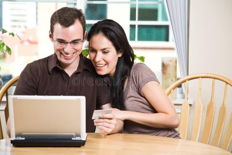 Gelukkig paar dat online winkelt stock afbeelding