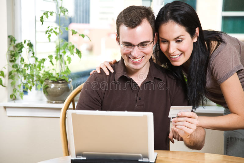 Gelukkig paar dat online winkelt royalty-vrije stock foto