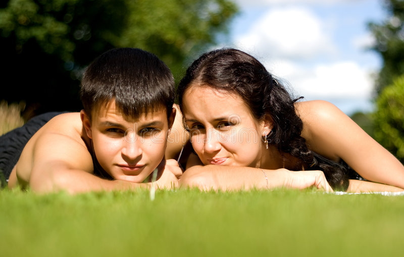 Gelukkig paar dat op gras ligt. royalty-vrije stock foto's