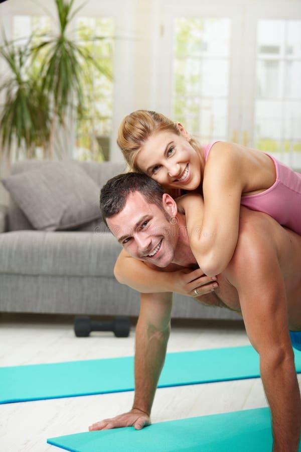 Gelukkig paar dat opdrukoefeningen doet stock afbeeldingen
