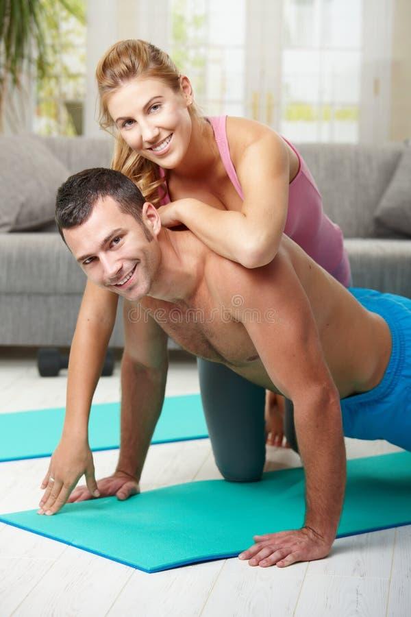 Gelukkig paar dat opdrukoefeningen doet royalty-vrije stock foto