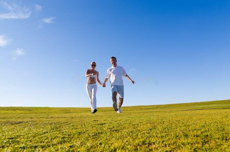 Gelukkig paar dat samen loopt royalty-vrije stock foto's