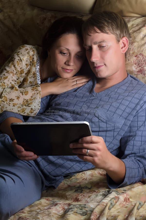 Gelukkig paar dat samen tabletPC met behulp van royalty-vrije stock foto