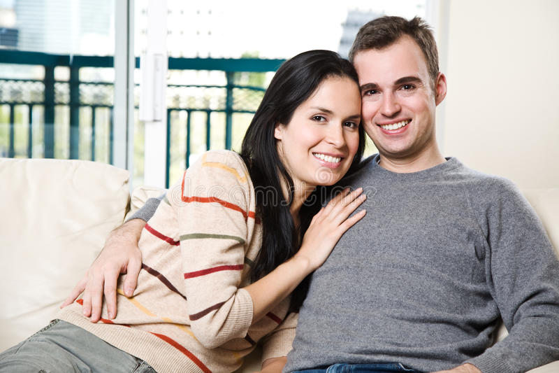 Gelukkig paar dat thuis ontspant stock foto