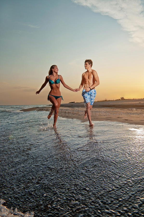 Gelukkig paar dat van vakanties op het strand geniet stock afbeelding