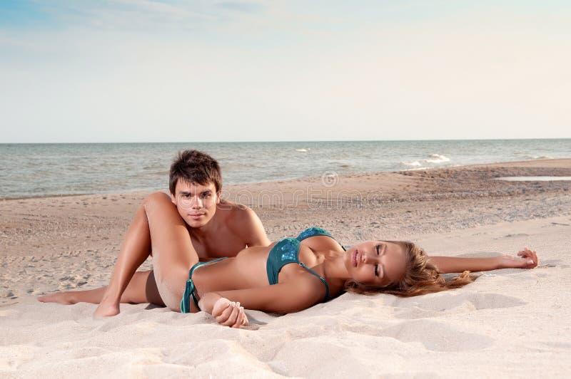 Gelukkig paar dat van vakanties op het strand geniet royalty-vrije stock afbeelding